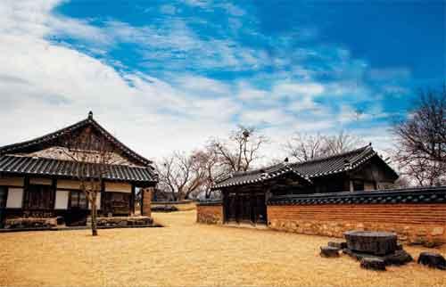 Corea le case tradizionali del villaggio hahoe for Casa unifamiliare tradizionale