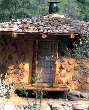 Una delle case di terra e legno di nuova costruzione